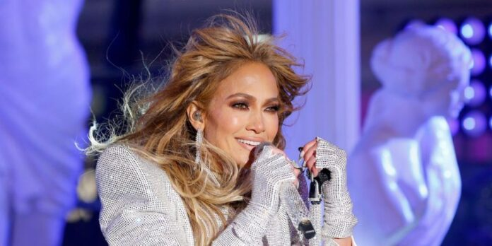 Jennifer Lopez Soaks In A Bathtub With 'Trolls' Inspired Hairstyle - Pics - SurgeZirc US