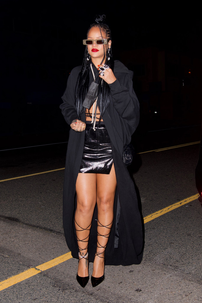 Rihanna Steps Out In LA Looking Sweats And Sexy On The Bottom - SurgeZirc US